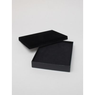 Size: 18x14x2.6cm Black gift box with velour lid.